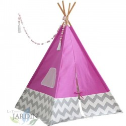 Cabaña india con lona rosa y cañas de bambú